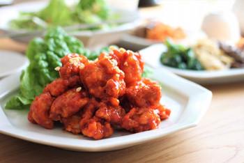 「タッカンジョン」は甘辛いタレがかかった鶏のから揚げのことで、こちらも韓国では屋台の定番です。少しピリ辛でお弁当のおかずやおつまみにもピッタリの味です。