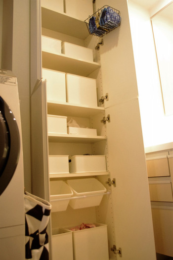 洗面所の収納は、用途に合わせて仕分けできていると、使い勝手良くて見た目もスマート。突っ張り棒&100均のメディアケースの組み合わせは棚のスペースにちょうどよく収まっています。