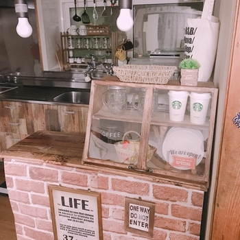 ショーケースは、食材や食器など並べるモノをカフェ風に演出してくれる点が最大のメリット。無造作に収納したモノも、ディスプレイしたように見せてくれます。