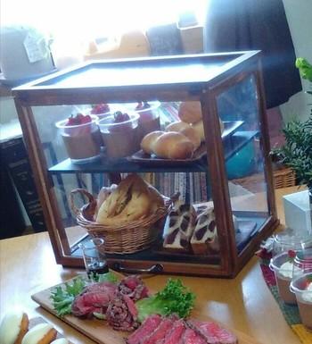 お菓子作りが趣味の方は、作ったお菓子専用のショーケースに。おもてなし感たっぷりのお家カフェがオープン♪