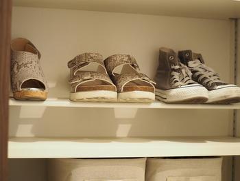 どんどん増える靴の収納には、突っ張り棒を上手に使って靴箱の収納力をあげましょう。