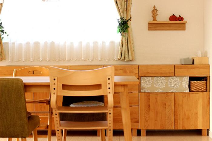 棚に突っ張り棒を渡して、好きな柄の布をかけるだけ。家具やインテリアのトーンと合わせた布を選ぶだけで、断然おしゃれに見えてきますね。