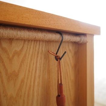 突っ張り棒もそのままだとなんだか浮いてしまったり、味気なく感じてしまうこともあるかもしれません。麻ひもをぐるぐる巻けば、とてもナチュラルな雰囲気に。木の家具とも相性がいいですね。