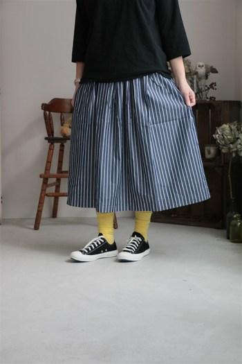 軽い着心地と定番ストライプで合わせやすく、飽きの来ないスカート。ウエスト回りがごわつかないように考えられたシルエットだから、ふんわりなのにスッキリと着こなせます。