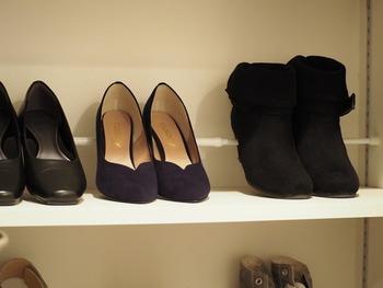 ヒールのある靴は、かかとの部分を突っ張り棒に引っ掛けるようにして収納すると、棚が汚れる部分が少なくなって、見た目もすっきり。掃除もしやすいので、いつでもきれいな状態を保っていられそうです。