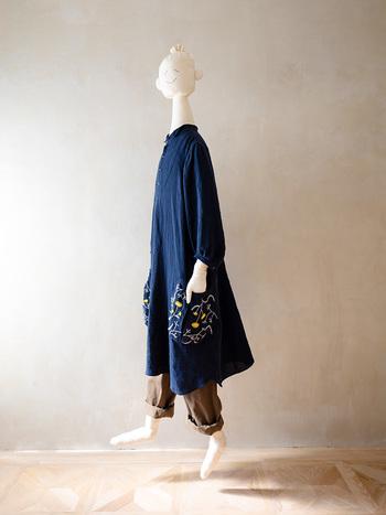 小さな襟、可愛い手刺繍、手作りの糸ボタン。全てにこだわりが詰まっているワンピースはパンツと合わせてチュニック感覚で着ても素敵です。