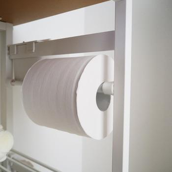 洗面所にあるとありがたいティッシュ類。ティッシュケースを置く場所がなければ、突っ張り棒でトイレットペーパーホルダーを作ってしまうのもアリですね。