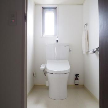 トイレタンクの後ろのデッドスペースにちょこっと作った収納スペース。置き場所に困っていた掃除用のスプレーもここに落ち着きました。床から浮いている状態なので、掃除もしやすくすっきり見えます。