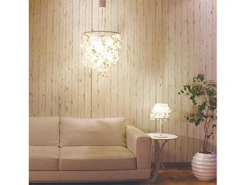ソファやテーブルと同じように、明かりもコーディネートを楽しんでみませんか?たとえば、ペンダントライトとテーブルライトを同じシリーズでそろえてみるのはいかがでしょう。お部屋の統一感が出ますし、コーディネートも簡単です。テイストを合わせたり、素材感をそろえたり、お部屋の雰囲気に合わせて自由な発想でコーディネートを楽しんでみましょう。