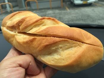 コッペパンを買うと、マーガリンやジャムを好みで塗ってもらえます。こちらはピーナッツクリームを塗ったもの。トレンドのパンも良いけれど、昔ながらのパンも大好きという方におすすめです。