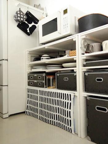 キッチンでごちゃごちゃ見えがちなところは、突っ張り棒を渡して、布をかければ目隠しできます。モノトーンで統一すれば、まとまりある空間になります。