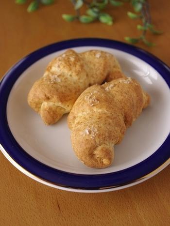 こちらの材料はホットケーキミックス・絹豆腐・マヨネーズ・塩のみ!簡単でヘルシーな塩パンに仕上がります。