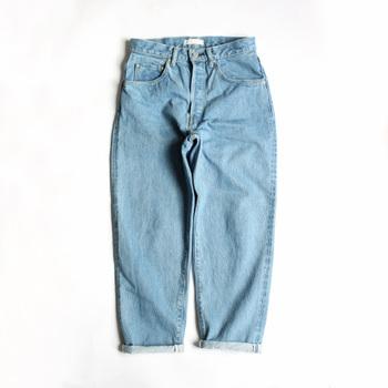 ストレートジーンズとは違い、裾に向かって細くなるようなデザインがテーパードジーンズの特徴。ややルーズなシルエットのものが多く、ラフな着こなしがトレンド感を演出します。