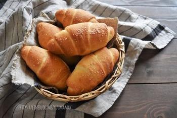 いかがでしたか?塩パンの基本レシピやアレンジをご紹介しました。サクサクもっちもちの塩パンで元気な1日をスタートさせたいですね♪