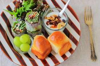 塩パンをそのままで、サラダやヨーグルトと一緒にワンプレートにすれば、オシャレな朝食に♪果物や野菜もしっかり摂れるので栄養バランスも◎ですね。
