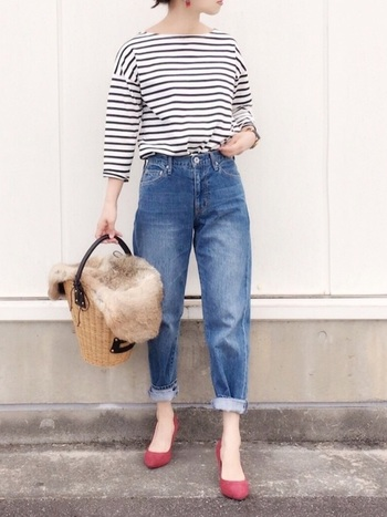 テーパードジーンズはロールアップ必須!ロールアップすることで、メンズライクなシルエットとなるのに、足首が出て女性らしさも演出できます。トップスはあえてシンプルなデザインのものをチョイスするのがおすすめ。
