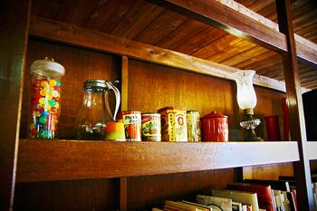 お菓子のパッケージや空き缶ボトルなども、並べれば立派なインテリアになります。 レトロなものや、海外のデザインが使いやすいです。