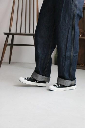 今っぽい着こなしが楽しめる垢抜けジーンズと言えばワイドジーンズ。ルーズなシルエットで着こなすのに苦労しそうと思われがちですが、ポイントを抑えれば旬の着こなしに。