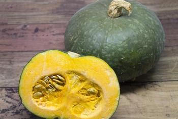 かぼちゃは干すとで甘みが強くなります。水っぽくて甘みが少ないかぼちゃも干し野菜にすることで、ほっくりおいしく変身させることができますよ。  タネを取って7~8ミリ程度の薄切りにしたら、ザルや干しかごに並べます。時々上下をひっくり返すと◎しっかり乾燥させるなら、3~5日程度かけてください。水分が残っているとカビやすいので、できるだけお天気の良い日を選んで表面の水分を短期間で蒸発させるのがポイントです。