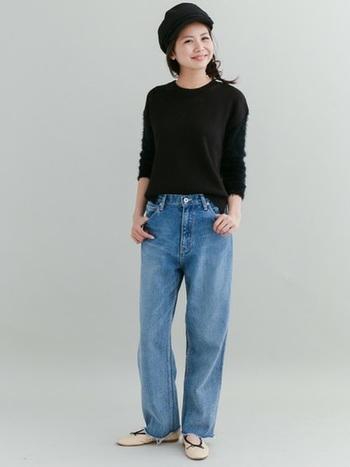 ブラックトップスを併せたシンプルなコーディネートもカットオフジーンズで今っぽさたっぷりなスタイルに。