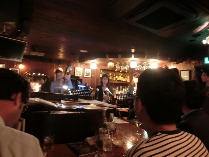 おしゃべりが苦手な奥ゆかしい大人女子におすすめしたいのが生演奏が聴ける「ピアノバー IZUMI」です。ジャズの生演奏を至近距離で聞ける楽しさはもちろん、バーでお酒を飲みながら1人で何をしていいかわからないときでも音楽を体感できます。