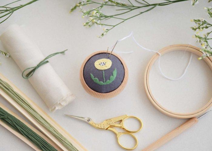 道具は、生地の他に、刺繍針、刺繍糸、刺繍枠、糸切りバサミが必要です。 刺繍枠はなくても大丈夫ですが、利用したほうが生地のたるみやシワを防げて刺しやすいです。