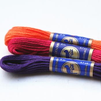 刺繍糸には、いろいろな太さや素材があります。 使う糸はデザインや図案によって違いますが、25番刺繍糸といった6本が一束になったものがもっとも一般的です。 束から、2本3本と必要な本数を引き出して使います。