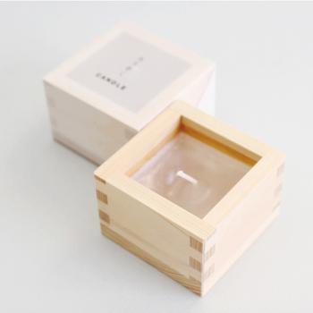 伝統的な職人術を暮らしの道具へと生かしているブランド「SyuRo(シュロ)」の、ヒノキの升に入ったアロマキャンドル。部屋にそっと置くだけで温もりを感じさせてくれます。火を灯すと、心地良いヒノキの香りが漂います。