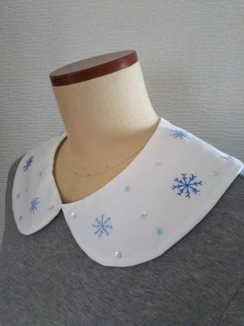 こちらは、全体に雪の結晶の刺繍がされています。 このようにスパンコールやビーズをプラスするとキラキラ感や立体感が出て、また違った表情が楽しめますね。