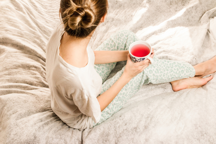 ドリンクでおなかの中から温めるのも良い方法です。コーヒーや紅茶のカフェインが気になる方は、ココアやハーブティーを選ぶと良いでしょう。ポタージュなどのとろみのあるスープもGOOD。温かい飲み物をゆっくりとおなかに入れることで、気分もリラックスできます。
