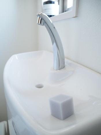 タンク上に手洗部分があるトイレの場合は、手洗い部分に小さくカットしたメラミンスポンジを置いておけば、トイレの後に蛇口や受け皿部分をササッとおそうじできます。