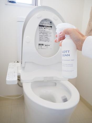 便座まわりは、フタ・便座・便器にマルチクリーナーを吹きかけて、トイレットペーパーで拭き取ればOK。トイレを使ったついでに行えば、汚れが残りにくいのでいつでもキレイな状態をキープできます。