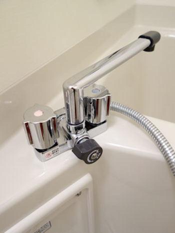 マルチクロスやメラミンスポンジで、蛇口やシャワーヘッドを軽く拭き取るのもお忘れなく。スキマ時間やお風呂あがりなど、およそ5分でできますね。