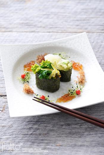 真っ白なお皿は、いつもより豪華な料理や、盛りつけにこだわった料理にぴったりです。 こちらの画像も、白のうつわだからこそ、野菜の緑や赤などの色がより引き立っていますね。