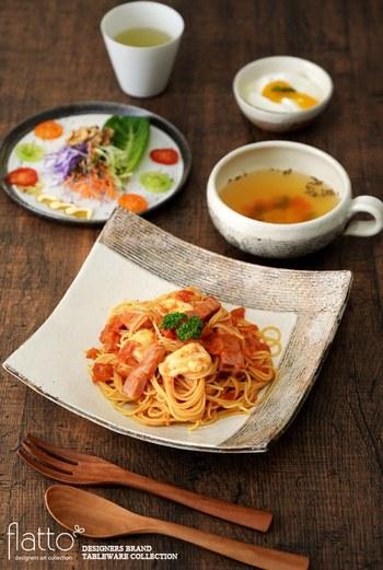 パスタなどの一品料理こそ、存在感のあるうつわをセレクト。トマトの色鮮やかさを引き立てる白のうつわですが、かたちもデザインもこだわりのある一品ですね。