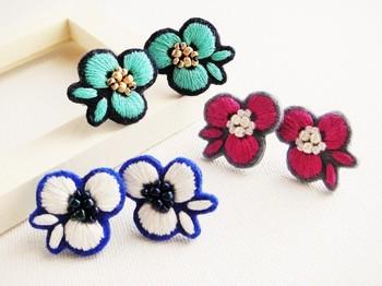 初めて刺繍をする方は、まずは小さめのピアスやブローチから始めてみるといいと思います。 こちらはフェルトに刺繍をしています。