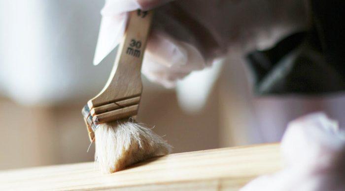 表面はオイル塗装されているから、自然な光沢と汚れへの強さが特徴。きれいな状態をキープしたいなら、オイルメンテナンスをするのが効果的です。