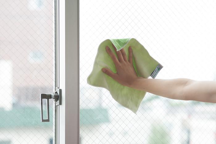リビングの窓拭きには、マルチクロスが大活躍!片面で汚れを落とし、反対側でピカピカに磨き上げることができます。汚れがある場合は、マルチクリーナーをシュッとひと吹きして。10分程度のスキマ時間で手軽にできますね。