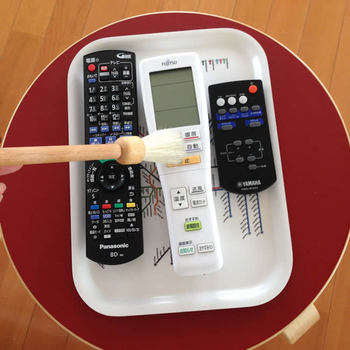 毎日使うテレビやエアコンなどのリモコンは、手垢など汚れが気になる部分。マルチクリーナーを拭きつけたマルチクロスで拭くとピカピカに。ボタンなどの細かい部分のホコリは、小さめのブラシを使うと便利です。