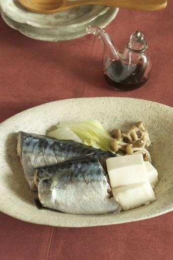鯖は栄養価も高く美味しい魚ですが臭みが苦手な人もいます。下処理も手間なお魚ですが、塩を振るくらいの手間で酒蒸しにするとびっくりするくらい匂いが抑えられます。  こちらのレシピは、水を張ったフライパンにお皿をセットして、蒸し器の再現。コツはちょっと深めのお皿を使うこと。 食べるときはお醤油かポン酢でシンプルに。意外ですがお豆腐がプルプルになって美味しいですよ。