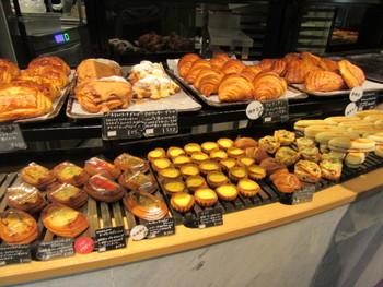 フルーツデニッシュなどの甘いパンまで揃っています。小さめサイズもあり、老若男女どなたにも喜ばれそう。 ※イートインの場合、食事系パンは温めてもらえます。