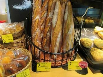 ラインナップは、バゲットなどの食事系から総菜パン・・・