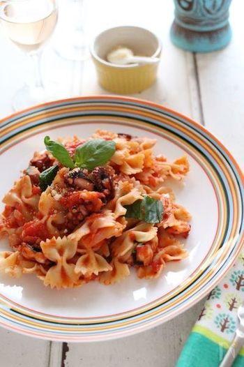 シンプルなトマトソースのパスタも、ファルファッレを使うとこんなに華やかな一皿に変身します。茹でたこは、火を通しすぎると固く縮んでしまうので、最後にさっと炒め合わせるのがポイントです。トマト缶で気軽に作れるのも嬉しい♪