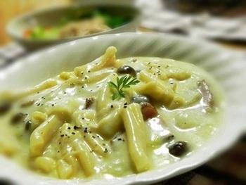 S字型にねじれた独特の形状のカザレッチャは、空洞部分にソースがよく絡むのが特徴です。ワンポットで作れるこのグラタンは、忙しい日の夕食にもぴったり。フジッリやリガトーニで代用しても美味しく作れそうです!キノコや余り野菜を足してボリュームを調節できるのも嬉しいですね。