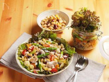 野菜や肉をバランス良く摂るには、食感も楽しいチョップドサラダがおすすめ。全ての具材を同じ大きさに切りそろえることで、食感も見た目もグンと良くなります。このサラダに使うショートパスタは、コンキリエやルマコーニがおすすめ。ドレッシングの絡みも良く、他の具材との相性も抜群です。