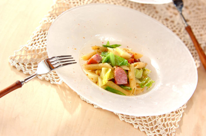 アンチョビの塩気と春キャベツの優しい甘みがよく合うシンプルなパスタです。味が絡むような筋が入ったものを使うのがおすすめです。春キャベツの旬が来たら、ぜひ作って頂きたいひと皿です。