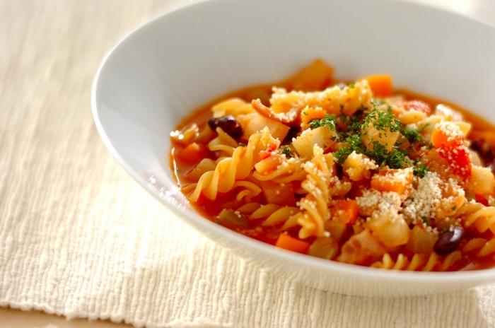 野菜たっぷりのミネストローネが、フジッリとよく絡んで美味♪これ一品で大満足のランチになりそうですね。どんな野菜でも合うので、冷蔵庫に残っている野菜を使い切るのにもぴったり。セロリやパセリといった香味野菜を使うと、より味わいに深みが出ます。
