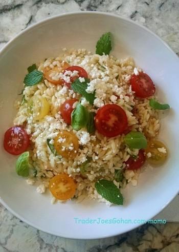 一見ライスサラダのように見えますが、これは米粒サイズのパスタ「オルゾー」とトマトのシンプルなサラダです。ミントとレモンの風味がさわやかなサラダは、夏のランチメニューにもぴったりですね。このレシピに使われているフェタチーズは、ギリシャでよく食べられている塩抜きの必要なチーズです。日本ではハーブオイル漬けのものがよく販売されています。食感の似たカッテージチーズで代用することもできますよ。