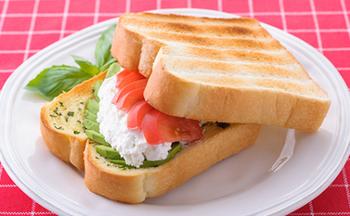 バジルの風味をパンに馴染ませるために、『ネオソフト』に混ぜ合わせるのがコツ。野菜の水分がパンにしみこむのを防ぐコーティングの役割も。少し陽気なランチョンマットも準備して、小粋な朝を迎えましょう。