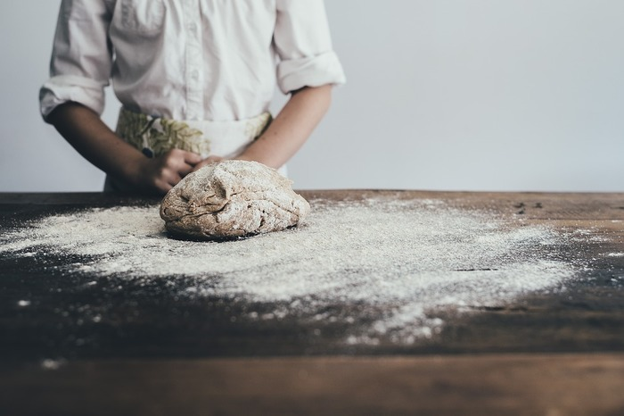 パン作りと聞くと、生地をこねたり色々な道具を揃えたりと、大変そうなイメージがありますよね?そんな難しそうなパン作りをとっても簡単にしたのが、現在メディアでも話題の「ポリパンⓇ」。その名の通り、なんとポリ袋だけでパンを作れる画期的な方法なんです!